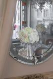 Beeld van mooie bloemen op huwelijkslijst Stock Fotografie