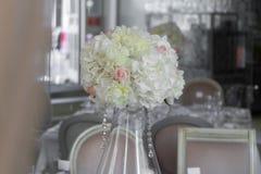 Beeld van mooie bloemen op huwelijkslijst Stock Foto's