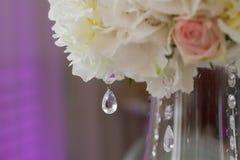 Beeld van mooie bloemen op huwelijkslijst Royalty-vrije Stock Foto's