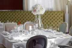 Beeld van mooie bloemen op huwelijkslijst Royalty-vrije Stock Fotografie