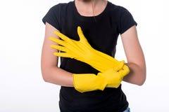 Beeld van mooie huisvrouw met gele beschermende handschoenen Op wit Royalty-vrije Stock Foto