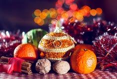 Beeld van Nieuwjaar` s decoratie op de achtergrond van lichten bokeh Het bekijken Camera Royalty-vrije Stock Foto