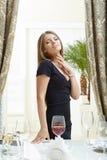 Beeld van ontspannen mooie vrouw in restaurant Stock Foto's