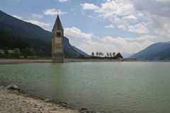 Beeld van oud gedaald van Zuid- Resia Reschen van het kerkmeer Tirol Italië Stock Foto's