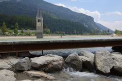 Beeld van oud gedaald van Zuid- Resia Reschen van het kerkmeer Tirol Italië Stock Foto