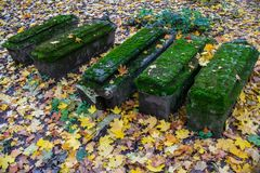 Beeld van Oude graven in de kerkwerf van Kerk van het Onthoofden van John Doopsgezind in Dyakovo, Kolomenskoye, Moskou Royalty-vrije Stock Fotografie
