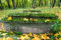 Beeld van Oude graven in de kerkwerf van Kerk van het Onthoofden van John Doopsgezind in Dyakovo, Kolomenskoye, Moskou Stock Foto's