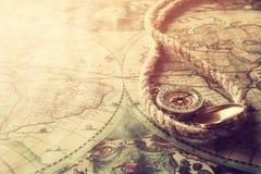 Beeld van oude kompas en kabel op uitstekende kaart Royalty-vrije Stock Fotografie