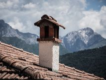 Beeld van oude schoorsteen met alpen op de achtergrond royalty-vrije stock foto