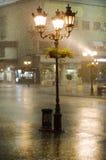 Beeld van oude straatlantaarns in de regen Royalty-vrije Stock Fotografie