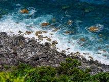 Beeld van overzees met rotsen langs een kust stock afbeeldingen
