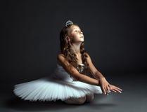 Beeld van peinzende jonge ballerina die in studio dansen Stock Foto