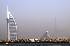 Beeld van 2 pictogrammen van Doubai, het beroemde 7 sterrenhotel Burj Al Arab en het langste gebouw in de wereld Burj Khalifa royalty-vrije stock foto