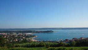 Beeld van portorose van dichtbijgelegen heuvelstad door het overzees Royalty-vrije Stock Afbeeldingen