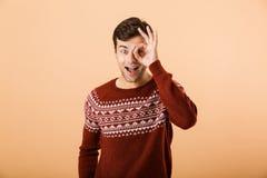 Beeld van positieve mensenjaren '20 met varkenshaar die gebreide sweater l dragen royalty-vrije stock afbeelding