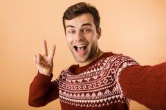 Beeld van positieve mensenjaren '20 met varkenshaar die gebreide sweater l dragen royalty-vrije stock afbeeldingen