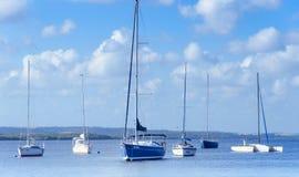 Beeld van Praia do Jacare strand, verscheidene boten zij aan zij in de boothaven Stock Fotografie