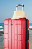 Beeld van rode elegante reisbagage en fedorahoed voor overzees Reis en Vakantieconcept Royalty-vrije Stock Fotografie