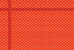 Beeld van rode stof met wit stippenclose-up Stock Fotografie