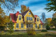 Beeld van rood houten Skandinavisch stijlhuis bij het meer tijdens de herfst royalty-vrije stock fotografie