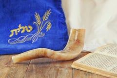 Beeld van shofar die (hoorn) en gebedgeval met woord talit (gebed) op het wordt geschreven royalty-vrije stock afbeeldingen
