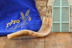 Beeld van shofar die (hoorn) en gebedgeval met woord talit (gebed) op het wordt geschreven Zaal voor tekst rosh hashanah (Joodse  royalty-vrije stock foto