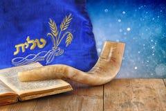 Beeld van shofar die (hoorn) en gebedgeval met woord talit (gebed) op het wordt geschreven Zaal voor tekst rosh hashanah (Joodse  stock afbeelding