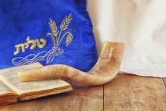 Beeld van shofar die (hoorn) en gebedgeval met woord talit (gebed) op het wordt geschreven Zaal voor tekst rosh hashanah (Joodse  royalty-vrije stock afbeelding