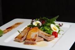 Beeld van smakelijk varkensvlees met salade Stock Fotografie