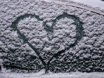 Beeld van sneeuwhart bij het venster van een auto stock afbeelding