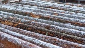 Beeld van snow-covered logboeken bij zaagmolen royalty-vrije stock foto