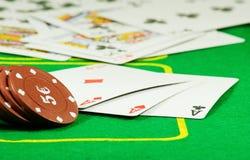 Beeld van spaanders en kaarten voor het spelen van pookclose-up Stock Afbeelding