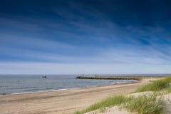 Beeld van strand met pijler Stock Foto's