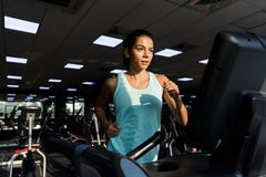 Beeld van Tevreden sportenvrouw die fitness oefening doen royalty-vrije stock foto