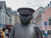 Beeld van Topolliisi een bronsstandbeeld van een politieagent, door de beeldhouwer Kaarlo Mikkonen wordt gemaakt dat stock afbeeldingen