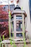 Beeld van tuinstilleven met lantaarn stock afbeeldingen