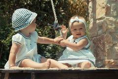 Beeld van twee babykind pret in openlucht het spelen hebben, beste vrienden, gelukkig familie, liefde en gelukconcept die Royalty-vrije Stock Foto