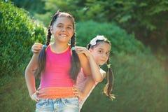 Beeld van twee gelukkige zusters die pret hebben Royalty-vrije Stock Afbeelding