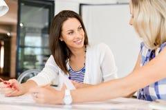 Beeld van twee jonge bedrijfsvrouwen in bureau stock foto's