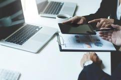 Beeld van twee jonge directeuren die touchpad op vergadering gebruiken Royalty-vrije Stock Foto