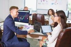 Beeld van twee jonge zakenlieden die touchpad op vergadering gebruiken royalty-vrije stock foto