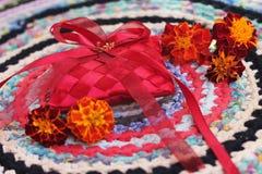 Beeld van verlovingsring op kussen met bloemen Royalty-vrije Stock Foto's