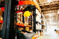 Beeld van vorkheftruckmachine in pakhuis wordt geparkeerd dat royalty-vrije stock foto