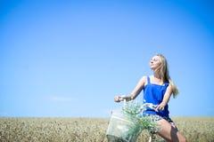 Beeld van vrij vrouwelijke reis met cyclus op royalty-vrije stock afbeelding