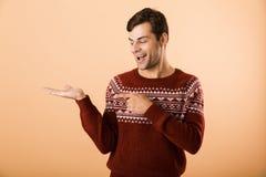 Beeld van vrolijke mensenjaren '20 met varkenshaar die gebreide sweater p dragen royalty-vrije stock afbeeldingen