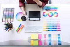 Beeld van vrouwelijke creatieve grafische ontwerper die aan kleur werken selec royalty-vrije stock foto