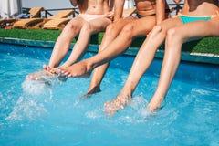 Beeld van vrouwen` s benen in midden bespattend water in zwembad Andere slepenmodellen zijn kalm en vreedzaam Zij koelen royalty-vrije stock foto's