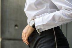 Beeld van vrouwenhand bij pak die wit overhemd met Cu dragen Stock Fotografie
