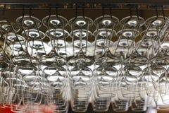 Beeld van wijnglazen op het zwarte glas r worden gestapeld dat van de metaal hangende bar Stock Afbeelding