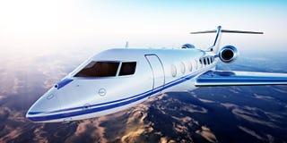 Beeld van Wit Luxe Generisch Ontwerp Privé Jet Flying in Blauwe Hemel bij zonsondergang De verlaten achtergrond van woestijnberge Stock Afbeelding